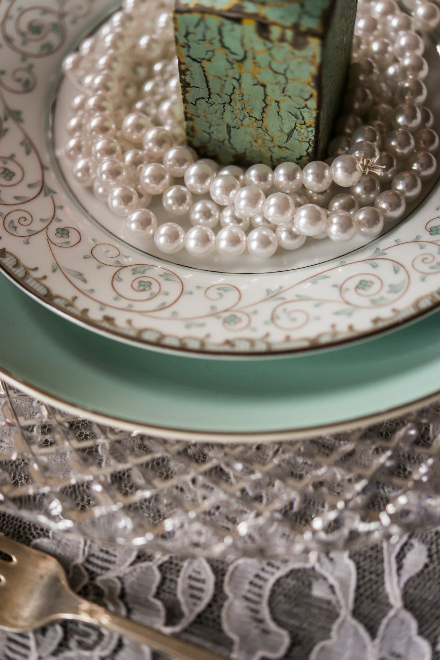 Pearls and Lace Vintage Wedding Place Setting | Confetti.co.uk