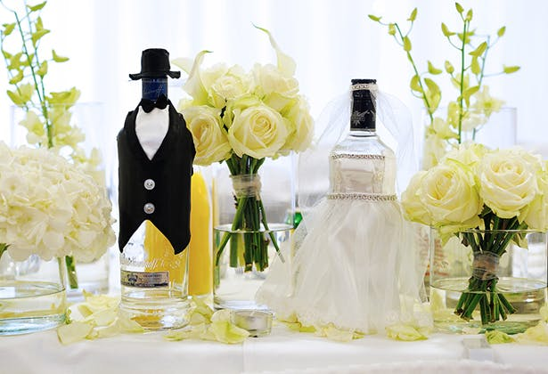 Black and white table decoration with cream roses