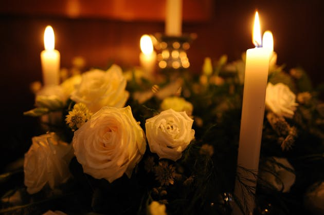 White roses table flower decorations with candles