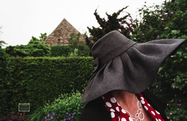 Wedding guest in a large grey wedding hat | Steph and Gary's Real Garden Wedding | Confetti.co.uk