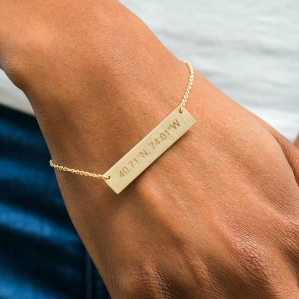 A contemporary and dainty gold retangle tag bracelet from Confetti.co.uk