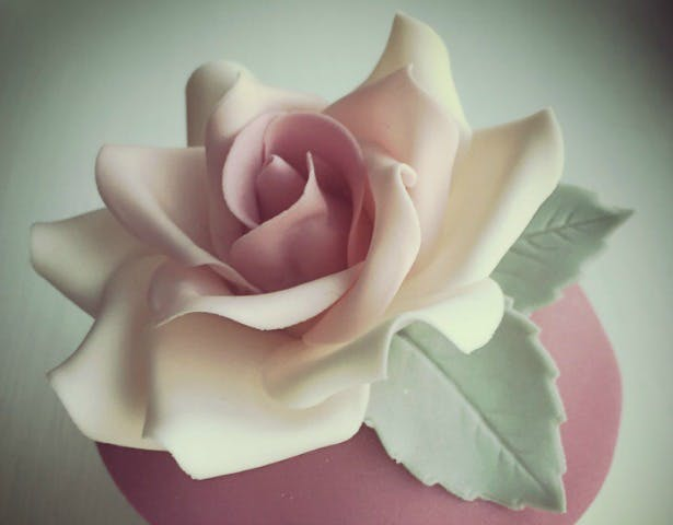 Sugar rose by The Cakeri in Cutting the Cost of the Cake | Confetti.co.uk