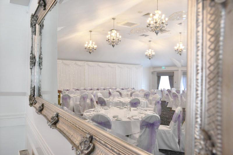 Weddings at the Holiday Inn table decoration | Confetti.co.uk